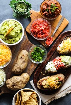 Try this super simple loaded baked potato bar for a fun family dinner tonight. Filling, fresh, and yummy-- add any toppings your family loves! Vegan Baked Potato, Baked Potato Toppings, Easy Baked Potato, Loaded Baked Potatoes, Chili Toppings, Tapas, Chili Bar, Slow Cooker Chili, Healthy Side Dishes