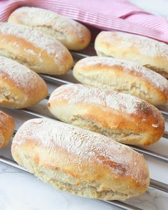 Källarfrallor - Lindas Bakskola & Matskola Hot Dog Buns, Hot Dogs, Piece Of Bread, Bread Recipes, Cooking, Kaka, September, Corner, Tips