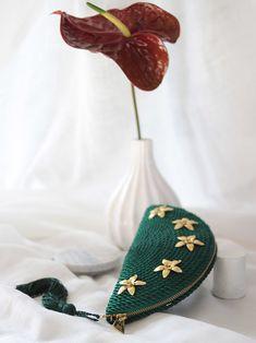 • Bolso de fiesta Carmen *FLOWERS*   Realizado en cordón de seda y adornos de flores de latón   Diseño y foto de Olvido Madrid Crochet Yarn, Madrid, Sling Bags, Knitted Bags, Couture, Interior, Flowers, Instagram, Clutch Purse