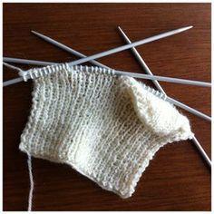 Jeg besluttede mig cirka for et halvt år siden, at jeg ville lære at strikke strømper. Min historik med strikketøj er ikke god. På trods af... Crochet Socks, Knit Crochet, Knitted Fabric, Knitted Hats, Rock And Roll, Boot Cuffs, Mittens, Crochet Bikini, Knitting Patterns