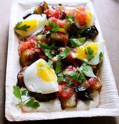 Munakoisoa, tahinia,tomaattia ja kananmunaa-Sabih
