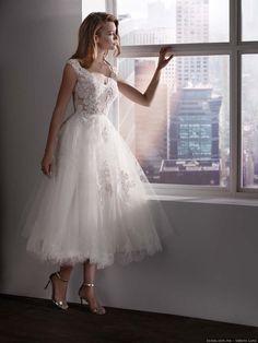 50 vintage wedding dresses: a very romantic retro look Tea Length Wedding Dress, Elegant Wedding Dress, Vestidos Vintage, Vintage Dresses, Pretty Dresses, Beautiful Dresses, Bridal Gowns, Wedding Gowns, Evening Dresses