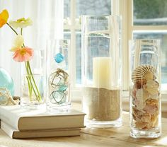 細身の花瓶に貝殻や海の砂を流し込んだものです。シンプルなのに洗練されたインテリアですね。