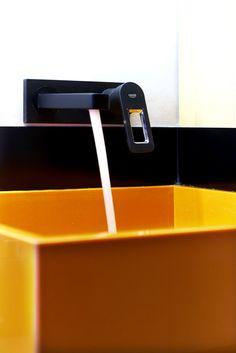 εκρηκτικός χρωματικός συνδυασμός στο μπάνιο του studio στα Μελίσσια