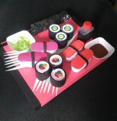 Sushi surprise Diy Crafts To Do, Food Crafts, Crafts For Kids, Minion Surprise, Sushi Costume, Homemade Christmas Crafts, Diy Sushi, Food Sculpture, Newspaper Basket