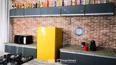"""Saiba como decorar um ambiente de maneira prática e rápida sem gastar muito! Terceiro episódio da série """"PROJETO CRIATIVO"""" A Imprimax forneceu espaço e materiais para que arquitetos e design de interiores esbanjassem sua criatividade, mostrando as possibilidades da utilização de vinil autoadesivos na decoração. Veja o projeto criado pela arquiteta e urbanista JANAINA BARBOSA E Design, Kitchen Cabinets, Table, Furniture, Home Decor, Architects, Environment, Creativity, Log Projects"""