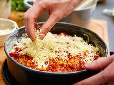 Käse auf der Pizza-Lasagne verteilen Pizza Lasagne, Rice, Food, Skillet Lasagna, Noodles, Other Recipes, Italian Cuisine, Best Recipes, Essen