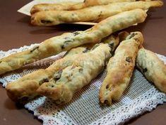 Oggi vi voglio proporre un ricetta sfiziosa i grissini alle olive una ricetta semplicissima da proporre in tane occasione dall'antipasto all'aperitivo...