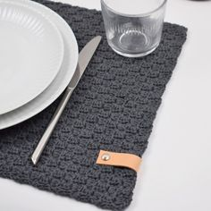 Modern and simple placemats in a stylish design. They are crocheted in Rainbow A trendy leather strap adds the finishing touch to the placemats and make them look even more stylish. C2c Crochet, Chrochet, Crochet Hats, Crochet Decoration, Crochet Home Decor, Crochet Placemat Patterns, Crochet Table Mat, Modern Placemats, Food Storage Boxes