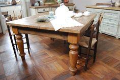 Tavolo con gambe tornite, in rovere antico, patinato a cera con tecniche artigianali e tradizionali