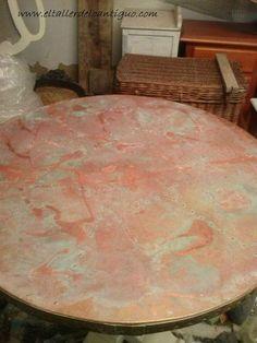 Cómo oxidar el latón: Paso a paso os mostramos como conseguir una pátina óxido turquesa sobre una mesa con el sobre de latón.