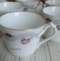 Petite espresso style cups.Set of 4 plus 1 spare w/ a light nick at lip.Set 27.50€