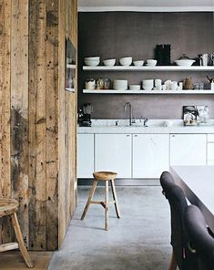 grey wall and backsplash, exposed wood and open shelving, STIL INSPIRATION: Cosy kitchen Cosy Kitchen, New Kitchen, Kitchen Decor, Kitchen Shelves, Rustic Kitchen, Swedish Kitchen, Kitchen Designs, Kitchen Ideas, Le Logis