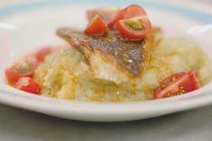 Gebakken vis en puree gaan hand in hand. Vergeet voor één keer de klassieke kabeljauw met aardappelpuree. Jeroen bakt porties verse roodbaars en serveert ze met een puree met venkel en een fijne tomatenolie als saus.
