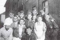 enfermerasEnfermeras españolas de Falange pertenecientes a la División Azul con algunos de sus soldados posan para esta fotografía en un descanso de retaguardia.