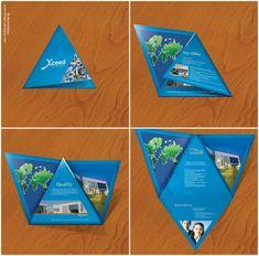 En triángulo.