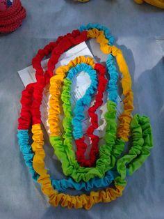 PULA ELÁSTICO, <br>Quem nunca brincou de elástico? <br>Produzido em malha colorida de algodão. <br>medida: 6.3 m <br>Acompanha instruções
