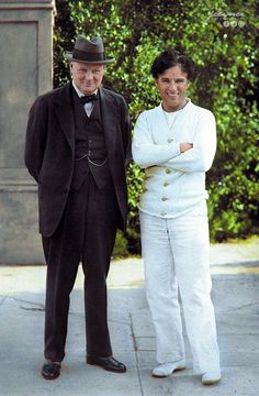 "Winston Churchill & Charlie Chaplin, on the set of ""City Lights"" - 24 Sep. // 62 Impressive Historic Photos Colored by Digital Artists Winston Churchill, Colorized Historical Photos, Historical Pictures, Historical Quotes, Charles Spencer Chaplin, Bob Marley, Iconic Movies, History Photos, History Books"