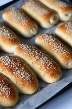 Itsetehdyt hot dog -sämpylät / hodarisämpylät - Suklaapossu Hot Dog Buns, Hot Dogs, Deli, Hamburger, Bread, Baking, Food, Brot, Bakken