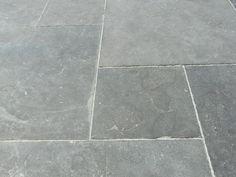 vind ik ook steeds mooier worden ipv grote vierkante bestrating Patio Flooring, Stone Flooring, Outdoor Lounge, Outdoor Living, Mediterranean Garden, Interior Garden, Raised Garden Beds, Garden Inspiration, Beautiful Gardens