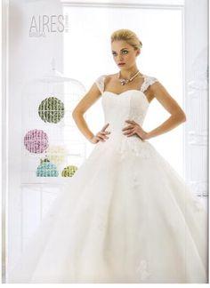 Hermoso vestido por Aires de España Bridal. Encuéntralo en Expo Nupcias, Palacio de los Deportes.
