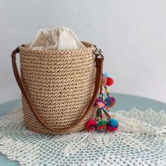 올핸 그냥 넘어갈까 고민하다가... 여름엔 역시 #에코안다리아 쉽게뜨고, 빨리뜨고, 탄탄하게 실용적으로 쓸 수 있는 바스켓 모양 가방2종 화요일 업댓됩니다 Crochet Tote, Crochet Handbags, Yarn Bag, Tote Bags Handmade, Macrame Bag, Basket Bag, Little Bag, Knitted Bags, Straw Bag