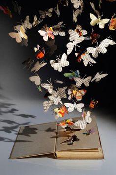 本を開くと蝶々が飛び出す。まるでCGのようなファンタジーの世界が見事に表現されており、彼女の作品はロンドンだけではなく、世界的に注目されています。