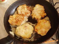 kolik máme řízků,tolik vajec, tolik lžic hladké mouky a tolik lžic mléka (3 kuřecí řízky -3vejce-3lž... Spinach Dip, Iron Pan, Cornbread, Dips, Stuffed Chicken, Cooking, Ethnic Recipes, Food, Party