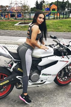 Ducati Moto Girl in Trainingskleidung macht Wheelies und Super Bikes. - motorbikes,bicycles and girls - Dirt Bike Girl, Bicycle Girl, Lady Biker, Biker Girl, Cb 250 Twister, Motos Sexy, Motorbike Girl, Hot Bikes, Super Bikes