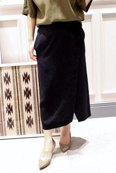 ラップ ミディスカート  ラップ ミディスカート 15120 2016SS レディライクに着こなせるミディ丈スカート フロントスリットで足さばきも きれい目デザインでお仕事にはもちろんお出かけ着としてもおすすめです 取り扱いについては商品についている品質表示でご確認ください 店頭及び屋外での撮影画像は光の当たり具合で色味が違って見える場合があります 商品の色味はスタジオ撮影の画像をご参照ください ネイビー着用スタッフ身長154cm 着用サイズ36 モデルサイズ:身長:168cm バスト:81cm ウェスト:59cm ヒップ:88cm 着用サイズ:36