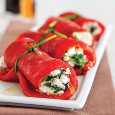 """73 Beğenme, 1 Yorum - Instagram'da Lezzet Dergisi (@lezzet_dergisi): """"Közlenmiş biber sarma 3 salçalık kırmızıbiber 6 dal Frenk soğanı 100 gr yarım yağlı beyaz peynir…"""""""