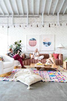 Light Lab, studio créatif Californien. Coin salon, tapis colorés fait à la main. Ambiance rétro, canapé de velour rose. / Light Lab, creative studio Californian. Seating Area, colorful rugs handmade. Atmosphere retro, pink velor sofa.