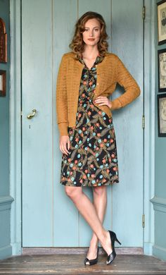 Deze vrouwelijke bloemenjurk heeft een aansluitend bovenstuk en wijd uitlopende rok. De knoopjes, de bijzondere sjaalkraag en de rok tot over de knie geven de jurk een elegante uitstraling. Deze jersey stof heeft veel rek.