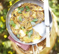 Potato & paprika tortilla: This thick, traditional Spanish omelette is bulked out with new potatoes and flavoured with herbs Bbc Good Food Recipes, Diet Recipes, Cooking Recipes, Healthy Recipes, Savoury Recipes, Healthy Dishes, Veggie Recipes, Yummy Food, Eten