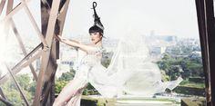Jessica Minh Anh torna a Parigi  Jessica Minh Anh stupisce ancora una volta con un sorprendente spettacolo che questo autunno coinvolge la tour Eiffel dopo aver toccato, tra gli altri, la Torre di Londra e il Grand Canyon in Arizona. Le sue passerelle uniscono sempre arte, moda, architettura e anche una certa quantità di adrenalina, specialmente per le modelle a cui tocca arrampicarsi lungo sentieri impervi per mostrare al mondo i capi che indossano. La città intera divent