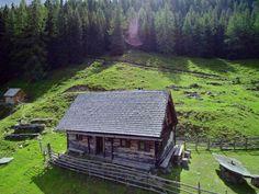 Urgemütliche Almhütte in Alleinlage auf 1.700 m im Naturpark Sölktäler. ❤ Die Bröcklalm für 2 - 8 Personen in der Steiermark. ❤ Jetzt mieten. Diy Sauna, Zell Am See, Lodges, Environment, Cabin, Nice, House Styles, Places, Buildings