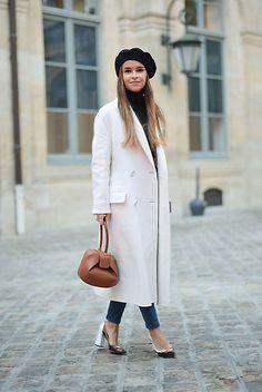 Espectacular 'look' de Miroslava Duma de inspiración 'retro' para acudir al desfile de Schiparelli. La 'it girl' se apunta a la tendencia 'winter white' con su abrigo, de Preen.