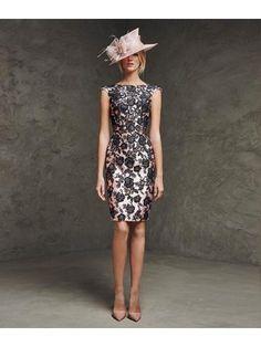 Korte jurk in mikado zijde ingelegd met contrasterende kant.