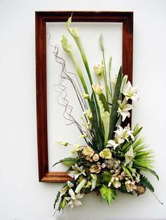Pretend it's a wreath. Picture Frame Wreath, Picture Frame Crafts, Ikebana Flower Arrangement, Modern Flower Arrangements, Dried Flowers, Silk Flowers, Paper Flowers, Flower Centerpieces, Flower Decorations