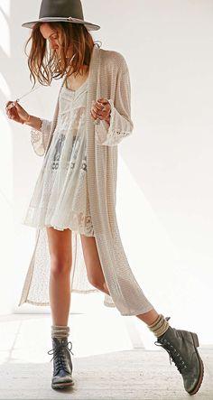 Robe blanche en dentelle + cardigan long en crochet + bottes + bas de laine