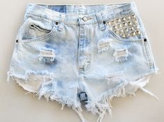 There are varieties of shorts but in this post we decided to focus on denim studded ones. In the photos below you can find 18 short pants with studs Distressed Denim Shorts, Ripped Jeans, Denim Cutoffs, How To Have Style, My Style, Short Jeans Feminina, Moda Jeans, Vintage Outfits, High Wasted Shorts