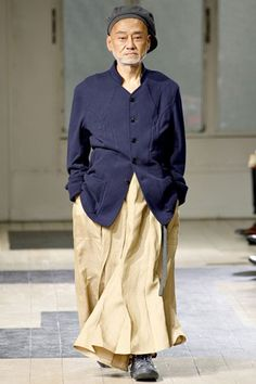 26-10-11  Yohji Yamamoto, known for his ground breaking designs which usually takes the ! This time, he sent his men in skirts, loose fluid short-pants which came in various colors, prints and stripes. Though the collection  was very Asian  inspired but it spoke of  a character which doesn't care about caste, c...