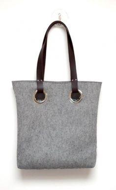Grote vilten tas met lederen hengsels. Naar wens op maat gemaakt in de door jou gewenste kleur!