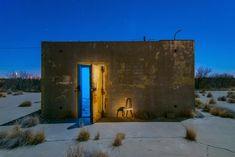 Noel Kerns photographie des bâtiments abandonnés dans le désert en utilisant des flash et des gélatines colorées pour leur donner des couleurs étranges.