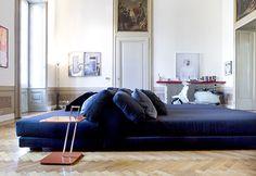 Residenza privata in Palazzo storico del '700. Una splendida realizzazione firmata #STILE nel centro storico di #Brescia. Ambienti ampi con alti soffitti che hanno richiesto pezzi d'arredamento di dimensioni importanti, come il grande divano blu (3,60 x 3,60) disposto al centro della zona living che offre comfort e arreda con eleganza.