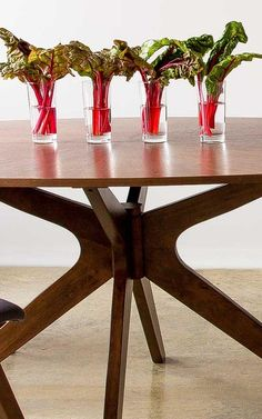 Big, luxurious and versatile make up the characteristics of the Conan dining table.