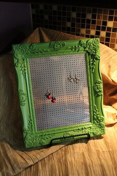 Buy a cheap frame from a second-hand store, paint it, & attach plastic needlepoint canvas to the back: Voila! A chic DIY earring holder! Makes a great gift. Craft and DIY Projects and Tutorials Jewellery Storage, Jewelry Organization, Jewellery Display, Diy Earring Holder, Earring Display, Earring Hanger, Diy Projects To Try, Crafts To Make, Diy Rangement