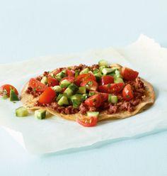 Pizza mit nur 288kcal pro Portion geht nicht? Doch geht! Diese türkische Variante überzeugt mit Rinderhack, vielen Gewürzen, Tomaten, Gurke, Petersilie und bekommt als Boden leckere Tortilla-Fladen – kreativ und lecker.