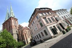 standesamtliche Trauung in der Nikolaikirche in Berlin Mitte - Außenansicht Nikolaikirche und Knoblauchhaus