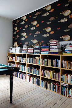 Low bookshelf with fun wallpaper create unity - home library design Room Interior, Interior Design Living Room, Low Bookshelves, Bookshelf Ideas, Book Shelves, Home Library Design, Library Ideas, Children's Library, Design Desk
